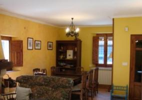 Sala de estar y su chimenea