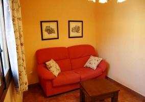 Sala de estar con su tele en el mueble