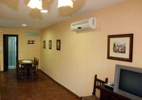 Sala de estar con sus cuadros en la pared
