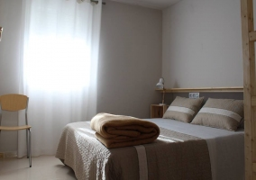 Dormitorio de matrimonio con armarios de madera