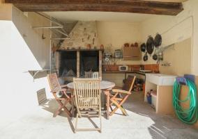 Amplio porche con espacio de barbacoa y mobiliario
