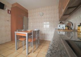 Cocina con mesa y su conjunto de sillas