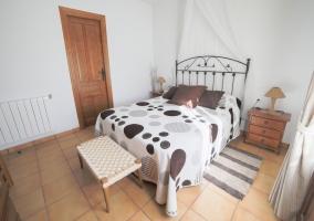 Dormitorio de matrimonio con alfombras