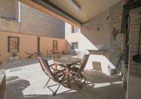 Vistas del porche con mesa y sillas de madera