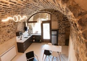Cocina con mesa de comedor y techos abovedados