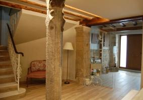 Acceso a la casa con detalles en piedra