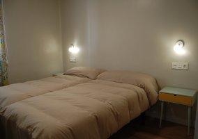 Dormitorio 5 con un par de camas individuales y mesilla