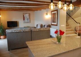 Sala de estar con sillones frente a la cocina