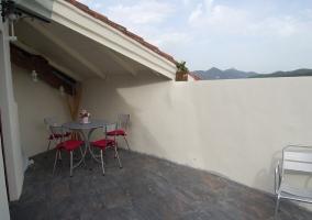 Vistas de la terraza equipada con muebles