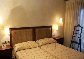 Dormitorio doble en tono blanco crudo