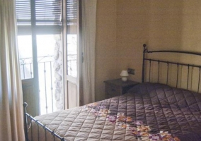 Dormitorio matrimonial con balcón