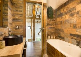 Aseo de la casa en negro y detalles de madera