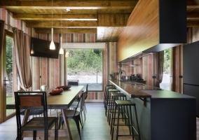 Cocina con office y la mesa de madera