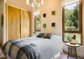 Dormitorio de matrimonio con detalles en la cama
