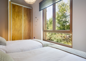 Dormitorio doble con ventana delante