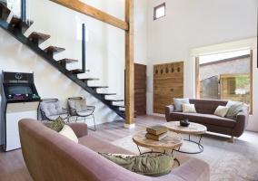 Sala de estar y las escaleras a un lado
