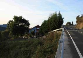 Vista carretera de llegada a la casa