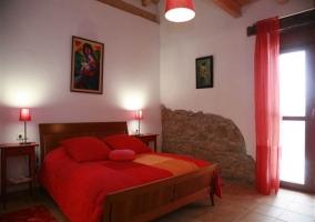 Habitación decorada en tonos rojos