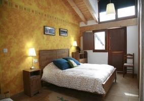 Habitación con mobiliario de madera y detalles en amarillo