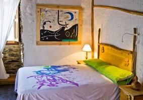 Dormitorio de matrimonio con cabecero de madera