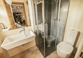 Aseo de la casa con la ducha y lavabo amplio