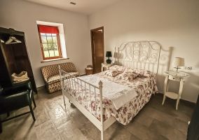 Dormitorio de matrimonio y colcha de flores