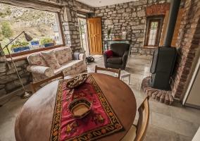 Sala de estar con chimenea y mesa redonda