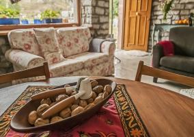 Sala de estar y detalle de la mesa de madera