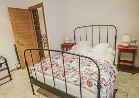 Dormitorio de matrimonio con mantas de flores