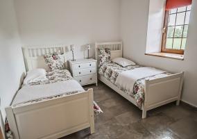 Dormitorio doble con colchas de flores