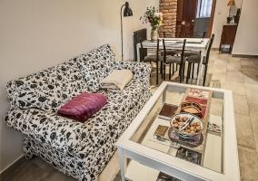 Sala de estar con sillones y mesa de comedor al lado