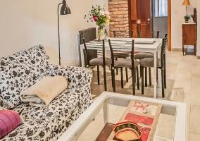 Sala de estar y la mesa de comedor al lado con sus sillas.JPG