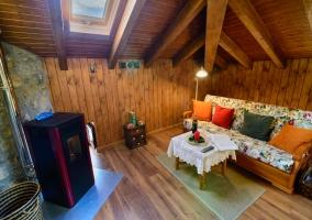 Sala de estar en madera con chimenea