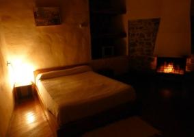 Dormitorio de matrimonio y la chimenea encendida