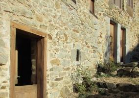 Vistas de los exteriores con fachada de piedra