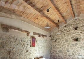 Dormitorio doble de la casa con paredes de piedra
