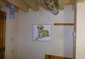 Dormitorio decorado con cuadros