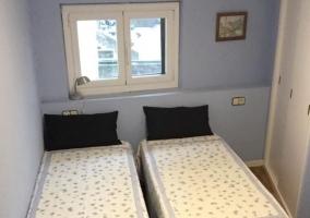 Dormitorio de matrimonio con armario de color blanco