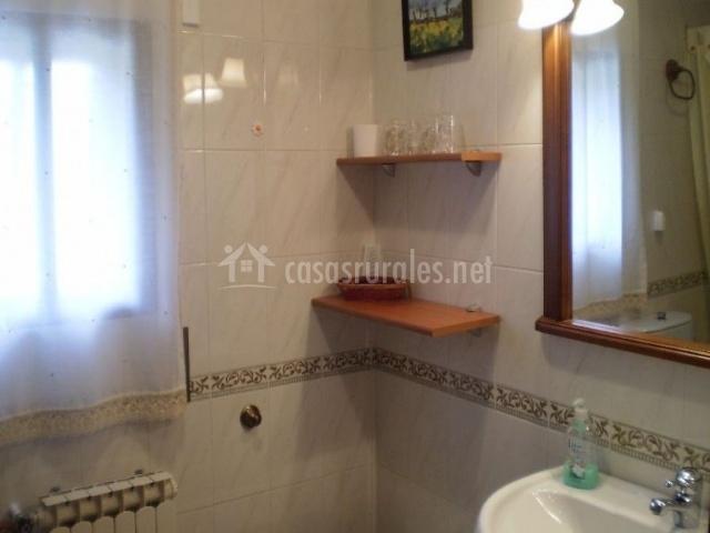 Baño con espejo, ventana y lavabo