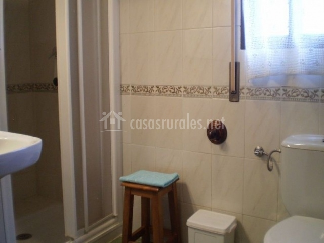 Baño con plato de ducha, banqueta y ventana