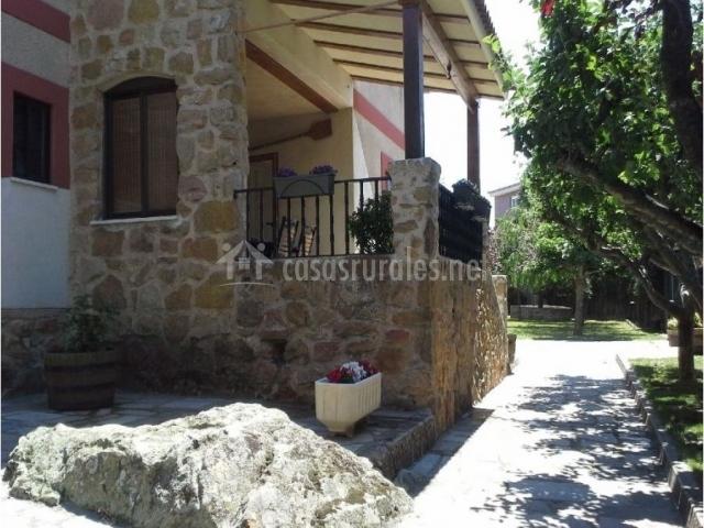Fachada en piedra y porche de la casa