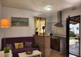 Cocina de la casa y la sala de estar al lado