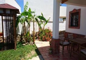 Acceso a la casa con plantas y fachada
