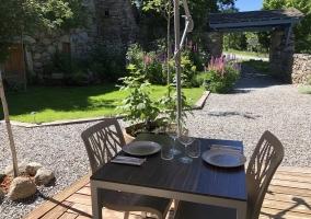 Acceso a la casa con patio y mesa con sillas