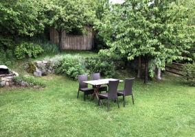 Vistas de las zonas verdes con mesa y sillas