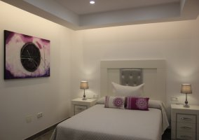 Dormitorio de matrimonio con detalles en lila