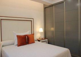 Dormitorio de matrimonio con gran armario