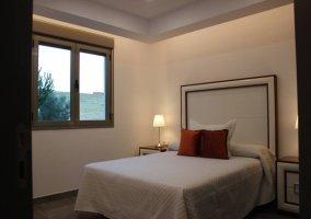 Dormitorio de matrimonio con gran ventana
