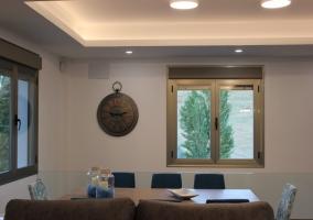 Sala de estar y la zona de comedor tras los sillones