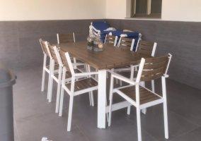Vistas de la terraza equipada con mesa y sillas